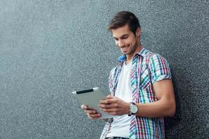 jovem moderno usando tablet digital