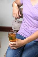 mulher na cadeira com copo de cerveja foto