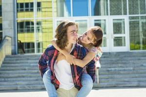 estudante jovem amigo bonito na faculdade, ao ar livre foto