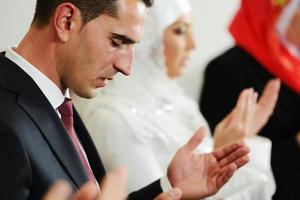 muçulmano noiva e noivo na mesquita foto