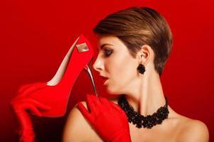 linda menina com um sapato vermelho foto