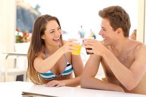 amigos brindando nas férias de verão