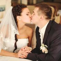 casal de noivos beijando. foto