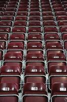 assentos vermelhos e numerados do estádio foto