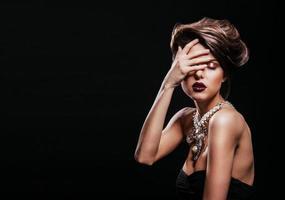 foto de moda de mulher bonita com penteado e maquiagem perfeita