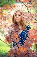 jovem garota com cabelos loiros foto