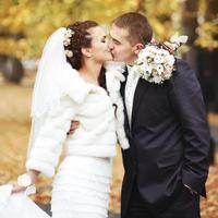jovem noiva beijando o noivo.
