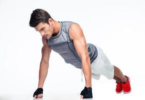 jovem fitness fazendo flexões foto