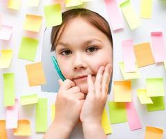 linda garota com muitas notas de lembrete foto