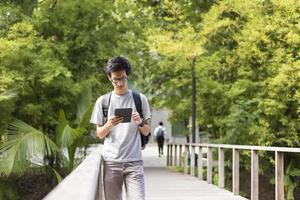 tablet de uso de homem viajante para pesquisa foto