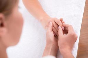 cliente e manicure no salão de manicure foto