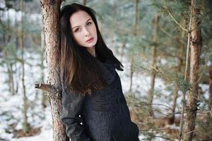 menina bonita sozinha na floresta de inverno foto