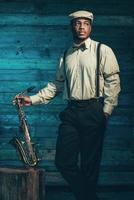 músico de jazz americano africano com saxofone.