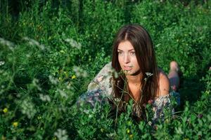 garota legal entre flores e grama verde