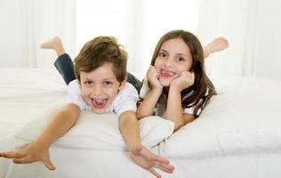 doce pequeno irmão e irmã crianças felizes no conceito de irmandade foto