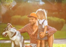 pai com filha no parque sorrindo feliz foto