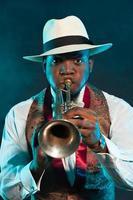 jogador de trompete de jazz americano africano preto. vintage. tiro do estúdio. foto
