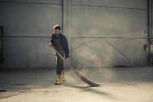 trabalhador de limpeza de um armazém vazio foto
