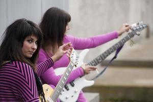 mulheres jovens com guitarras foto