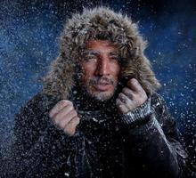 homem bonito, congelando no tempo frio foto