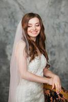 linda noiva sorridente com maquiagem perfeita e estilo de cabelo em foto