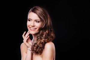 retrato de uma linda menina morena com acessórios de luxo. moda foto