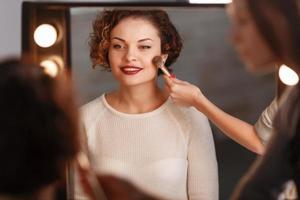 garota atraente, sentado em frente ao espelho foto