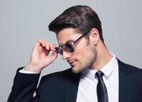 retrato de um empresário de moda em óculos de sol foto