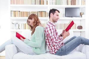casal está sentado juntos em um sofá de costas foto