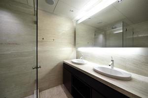 interior do banheiro moderno em estilo europeu
