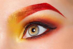 olhos femininos closeup com maquiagem brilhante moda linda