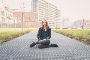 linda garota posando nas ruas da cidade foto