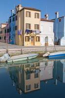 Veneza - casas sobre o canal da ilha de Burano foto