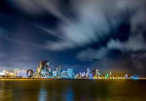 tiro de bela exposição longa da paisagem urbana de cartagena à noite, Colômbia foto