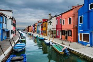 burano, vista do canal, veneza na itália