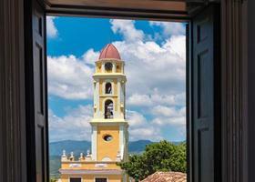 turismo em cuba: mosteiro de trinidad no céu azul nublado