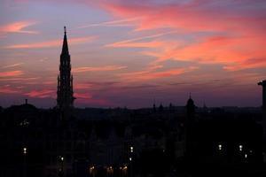 silhueta da catedral ao pôr do sol, bruxelas, bélgica