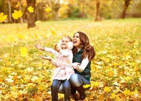 mãe e filha se divertindo