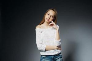 retrato de estúdio de menina bonita em fundo escuro foto