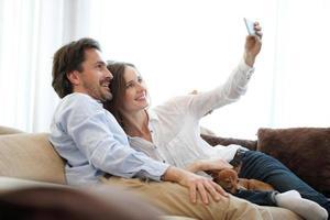casal fazendo selfie foto