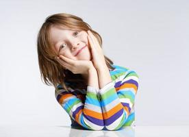 retrato de um menino com cabelos loiros foto