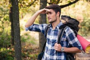 retrato de um homem com mochila marchando foto