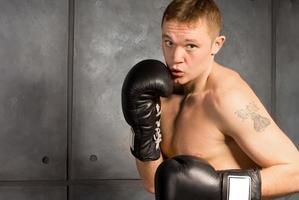 jovem boxeador com uma tatuagem malhando foto