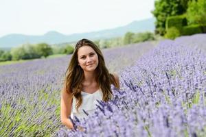 retrato romântico alegre mulher jovem e atraente campo lavanda verão felicidade foto