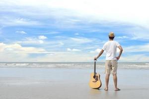 homem na praia foto