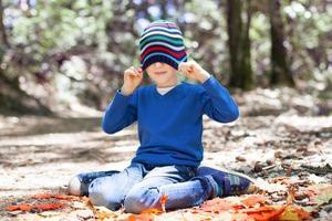 garoto no outono foto