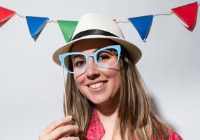 mulher em uma festa de cabine de foto segurando óculos