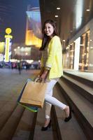 mulher feliz, fazer compras e segurando sacos foto