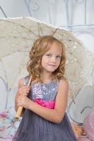 menina adorável no quarto dela foto