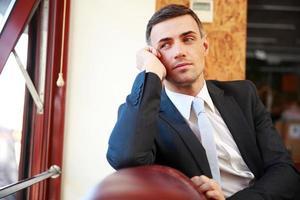 empresário pensativo sentado foto